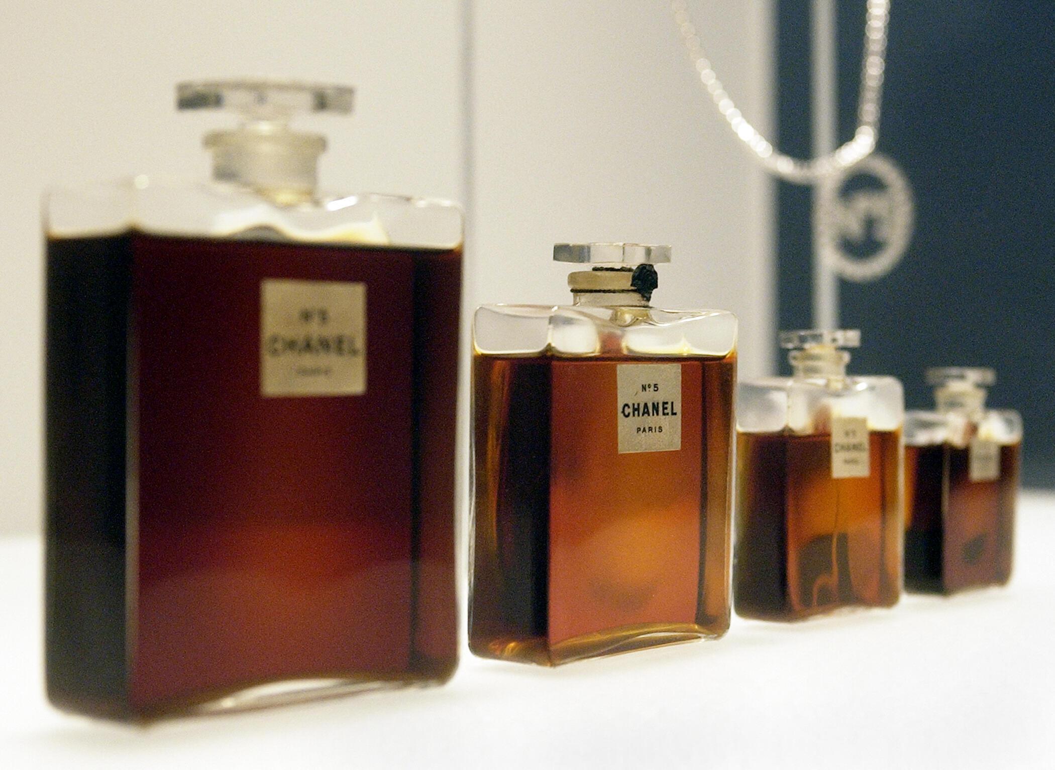 Le flacon original de 1921 du Chanel N°5 décliné en quatre formats différents, exposés en 2005 à New York.