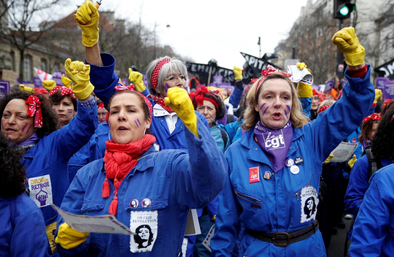 """Vestidas de """"Rosie, a Rebitadeira"""", feministas francesas entoaram canções contra o presidente Emmanuel Macron."""