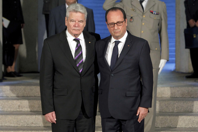 Os presidentes Joachim Gauck e François Hollande na cripta do Monumento de Hartmannswillerkopf, neste domingo