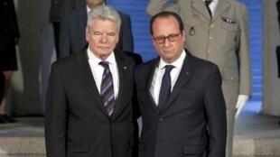 Les présidents Joachim Gauck (g.) et François Hollande se recueillent dans la crypte du Monument du Hartmannswillerkopf, dimanche 3 août 2014.