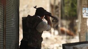 Un combattant de l'Armée syrienne libre tire en direction des troupes loyalistes, le 31 juillet à Alep.