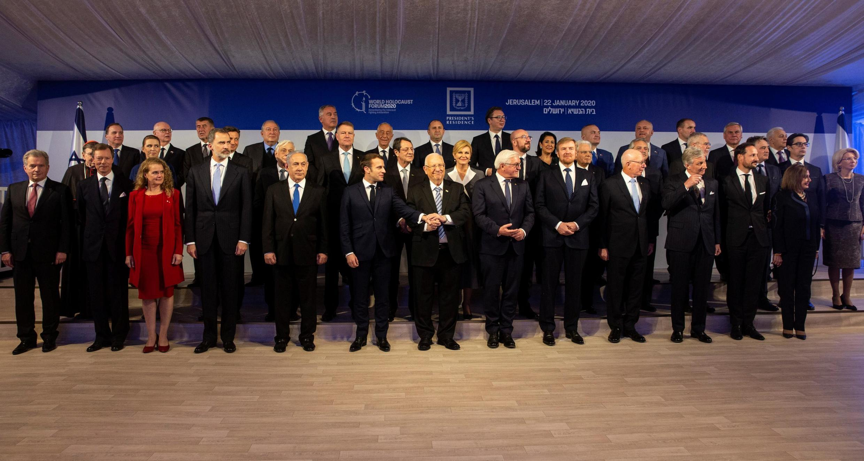 Президент Израиля Реувен Ривлин в окружении глав государств, приехавших на форум.