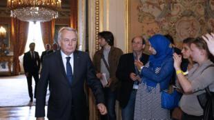 Le ministre français des Affaires étrangères Jean-Marc Ayrault ,depois  de ter recebido  as  famílias das vítimas do voo da EgyptAir. Paris. 21 de Maio de 2016