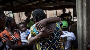 Retrouvailles de personnes déplacées par les violences au Kasaï à Gungu: il y a plus d'un million de déplacés en RDC (6 juin 2017).