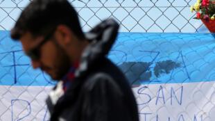 Un proche d'un des membres de l'équipage du San Juan, sous-marin argentin introuvable. Photo datée du 24 novembre 2017.