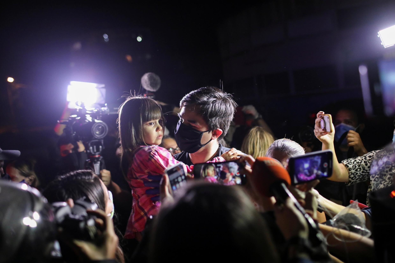 Jose Daniel Hernandez, un partisan de l'opposition, tient sa fille à l'extérieur du siège du Service national bolivarien de renseignement (SEBIN) libéré après avoir bénéficié d'une grâce présidentielle, le 31 août 2020 à Caracas.