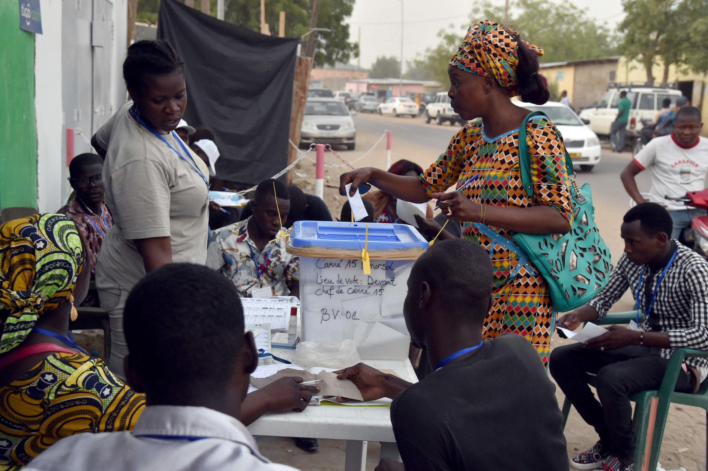 Opération de vote dans les rues de Ndjamena, lors du scrutin d'avril 2016.