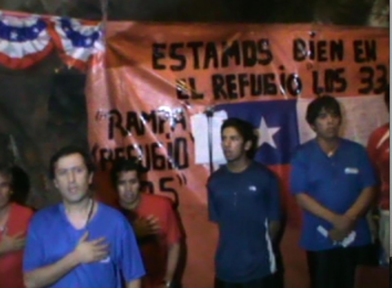 Les mineurs bloqués dans la mine à Copiapo chantent l'hymne national, pendant la célébration du bicentenaire de l'indépendance du Chili, le 18 septembre 2010.