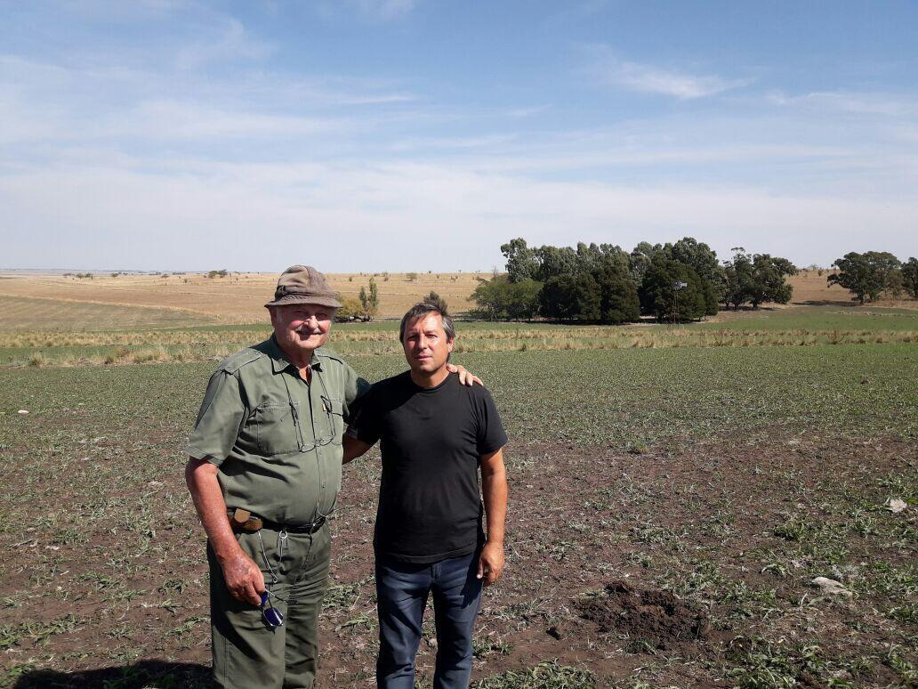 El ingeniero Eduardo Cerda (derecha) con el productor juan Kiehr del establecimiento La Aurora, elegido por la FAO como una de las 52 experiencias exitosas en agroecología del mundo.