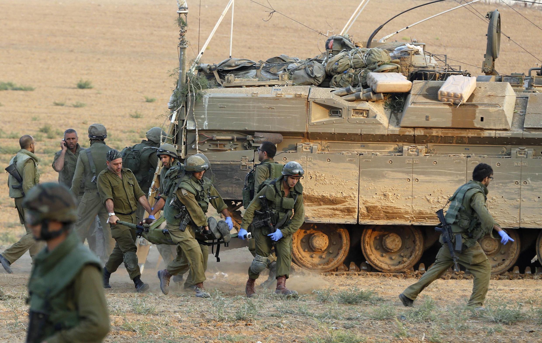 Des soldats israéliens transportent l'un des leurs, blessés lors des combats à Gaza, ce dimanche 20 juillet.