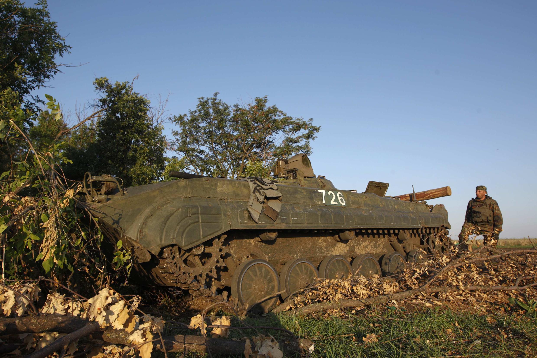 Tanques ucranianos estacionados em um campo militar na região de Lugansk nesta quinta-feira, 21 de agosto de 2014.