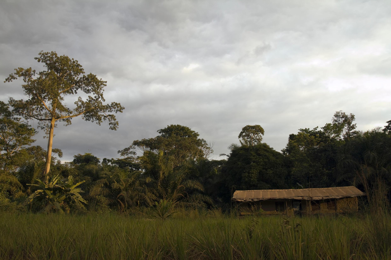 Une maison isolée à Lambaréné, au Gabon.
