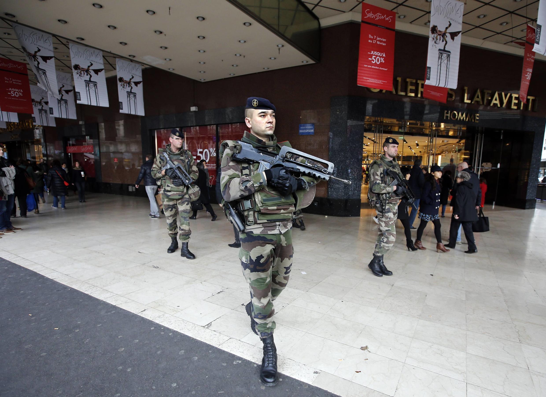 Policiais fazem a segurança da loja Galeries Lafayette, em Paris.