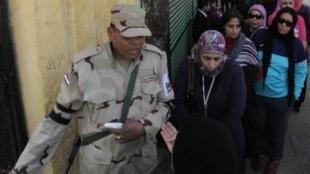 Fila de eleitores no Cairo para votar no referendo da nova Constituição neste 14 de janeiro de 2014.