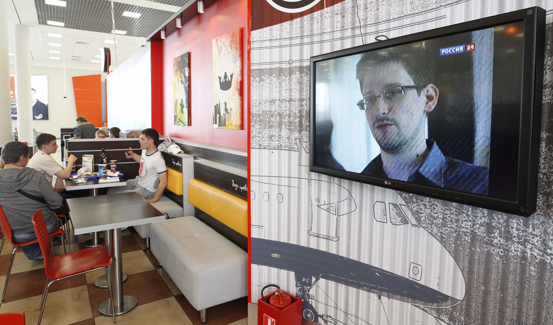 Edward Snowden à la télévision lors d'un bulletin d'information, dans un café de l'aéroport Sheremetyevo, à Moscou, le 26 juin.