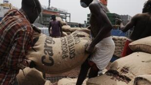 Transport de sacs de cacao sur le port d'Abidjan, le 18 janvier 2011.