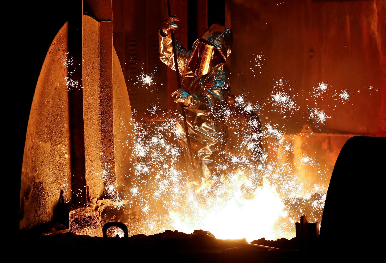 Công nhân làm việc tại lò luyện thép. Ảnh chụp ngày 28/01/2019.