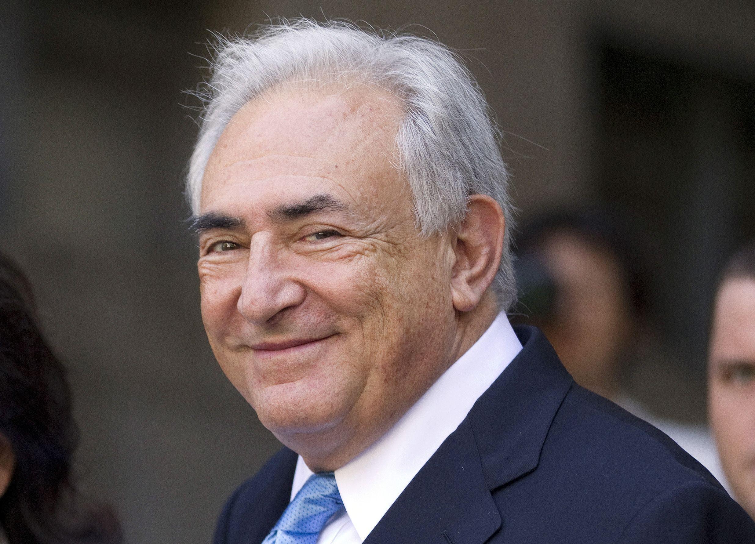 Una foto de Dominique Strauss-Kahn sonriente tras escuchar la Corte Suprema de Nueva York el pasado primero de julio. El dirigente podría retomar su vida en Francia si los cargos contra él son rechazados mañana .
