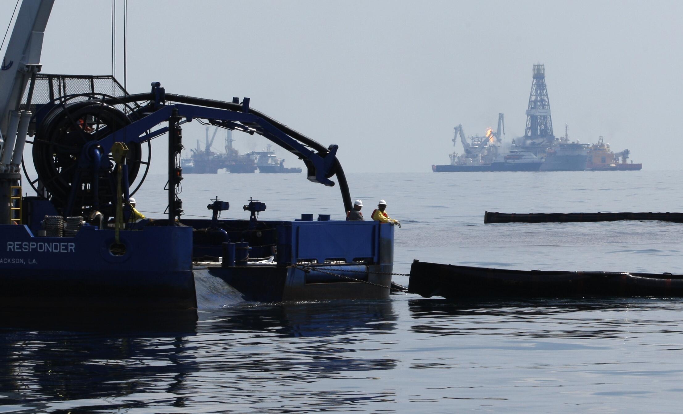 Боновые заграждения неподалеку от нефтяной платформы в Мексиканском заливе.
