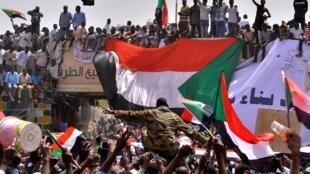 Une foule en liesse a envahi rues et places de Khartoum, la capitale soudanaise, avant même la destitution du président Omar el-Béchir, jeudi 11 avril 2019.
