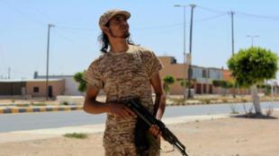 Un combattant fidèle au gouvernement d'union nationale pendant l'offensive à Syrte, le 11 juin 2016.