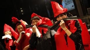 中国上海穿着纸做的圣诞节日服装的市民们,2010年12月24日。