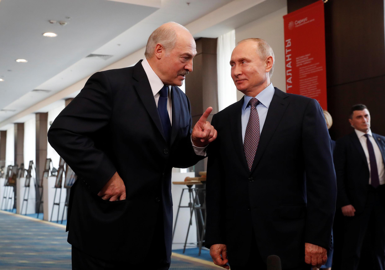 Александр Лукашенко (слева) и Владимир Путин в Сочи, 15 февраля 2019