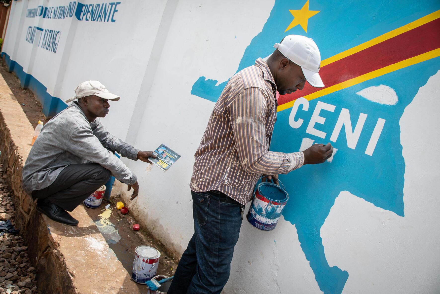 Picha ya mafundi wakiandika jina la Tume ya Uchaguzi nchini DRC CENI
