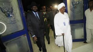 Rais wa Sudan Kusini Salva Kiir (kushoto) akiwa na rais wa Sudan kaskazini Omar Hassan el-Bashir walipokutana hivi karibuni