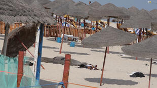 Corpo de homem-bomba jaz em praia perto de Sousse, na Tunísia, em imagem desta quarta-feira, 30 de outubro de 2013.