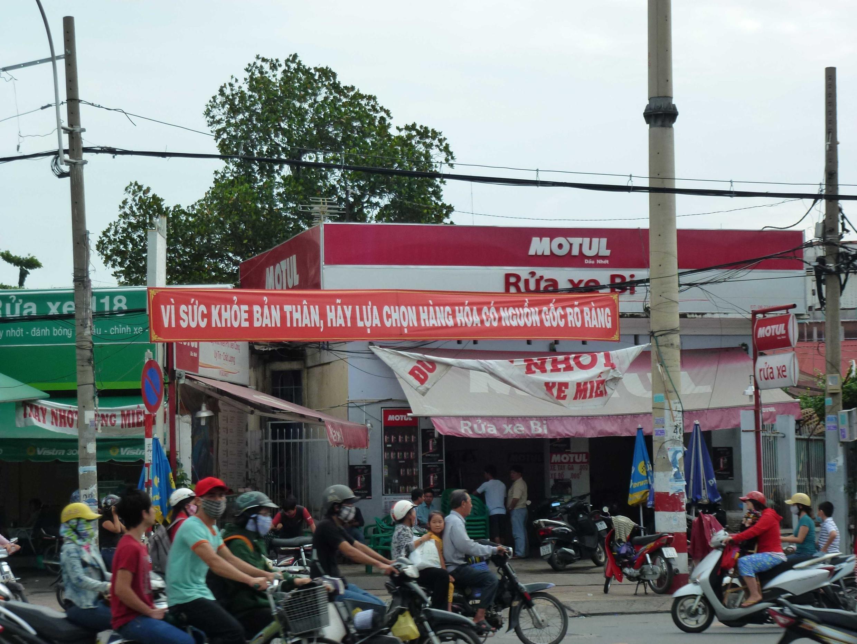 """Biểu ngữ cảnh giác về hàng """"lạ"""" tại một khu phố gần trung tâm Thành phố Hồ Chí Minh. Ảnh chụp ngày 19/06/2012."""