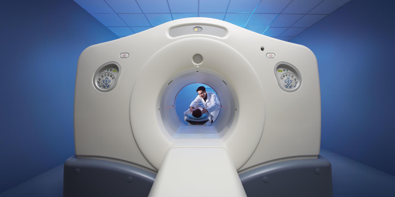 Un aparato que permite hacer tomografías del tórax.