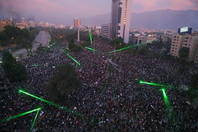 Lae foule rassemblée à la Plaza Italia à Santiago du Chili, le 8 novembre 2019.