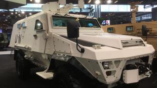 Exemple de véhicule MRAP « léger » type Bastion développé en France afin de protéger les soldats contre les mines artisanales (IED). Ici aux couleurs de l'ONU lors d' Eurosatory 2018.