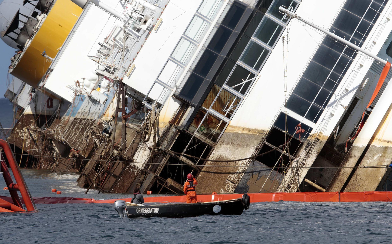 O navio Costa Concordia, que naufragou em janeiro de 2012.