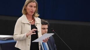 Người đứng đầu ngành ngoại giao châu Âu, Federica Mogherini trong một cuộc tranh luận tại Strasbourg về phương thức đối phó với quyết định trừng phạt Iran của Mỹ.