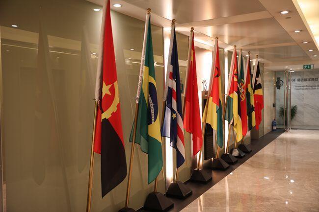 As bandeiras nacionais da China e dos países de língua portuguesa instaladas no Secretariado Permanente do Forum Macau