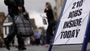 Anúncio de empregos nas ruas de Leicester, na Grã-Bretanha.