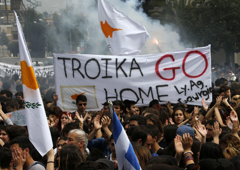 Des étudiants brandissant des drapeaux grecs et chypriotes à Nicosie le 26 mars 2013.