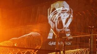 1ч. 23мин: проекция светового плаката Гринпис на стену саркофага 4 блока ЧАЭС. 26/04/2011