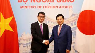 Ngoại trưởng Nhật Taro Kono (T) và đồng nhiệm Phạm Bình Minh tại Hà Nội ngày 13/09/2018.