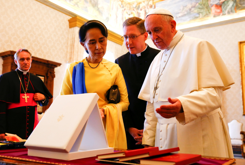 Папа Франциск и Аун Сан Су Чжи. Ватикан, 4 мая 2017.
