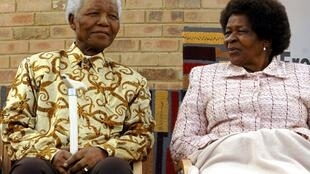 Nelson Mandela tare da Albertina Sisulu