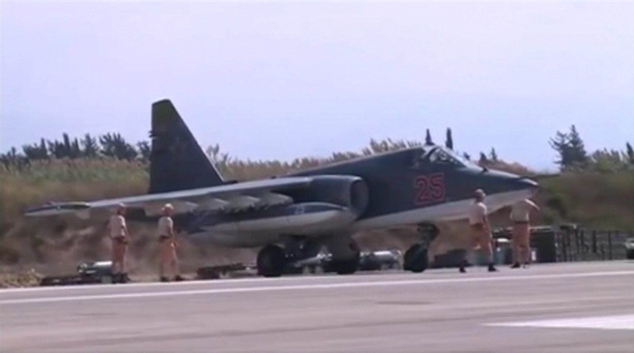 Российский бомбардировщик СУ-25 на авиабазе Хеймим в Сирии, 5 октября 2015.