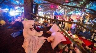 Habitantes de Newtown e visitantes de todos os pontos dos Estados Unidos fazem homenagens às vítimas do massacre na escola Sandy Hook.