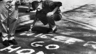 Winston-Salem, Caroline du Nord 1957 : une inscription raciste sur le campus d'un lycée destinée à la seule étudiante noire de l'établissement. AFP