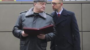 O presidente ucraniano Pedro Poroshenko (esquerda).
