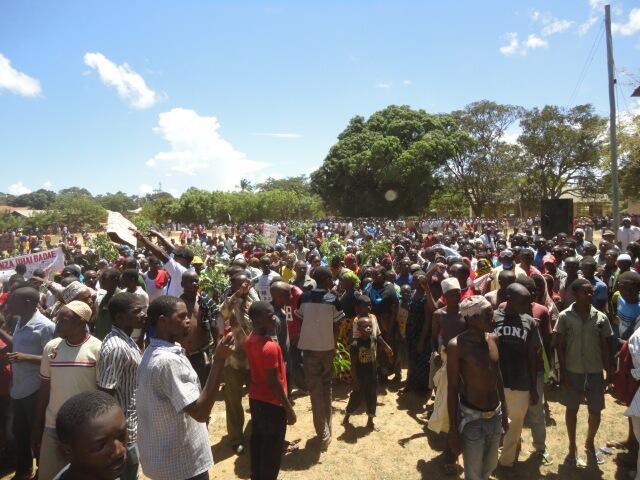 Wananchi Mkoani Mtwara, Tanzania wakiwa wameandamana kupinga hatua ya kusafirishwa kwa gesi kutoka mkoa huo