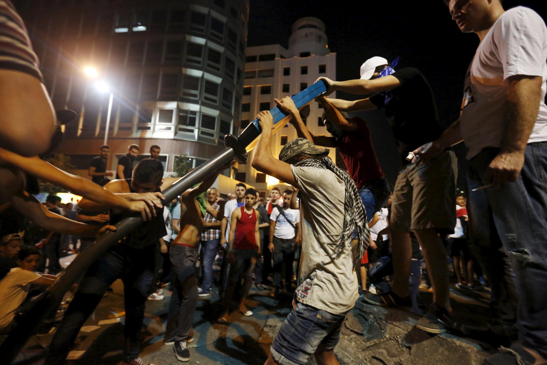 Manifestantes protestam contra política do Estado em uma rua perto do palácio do governo no centro de Beirute, no Líbano 29 de agosto de 2015.