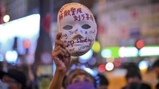 Les manifestants dans les rues de Hong Kong, après l'annonce de l'arrêté anti-masque, le 5 octobre 2019